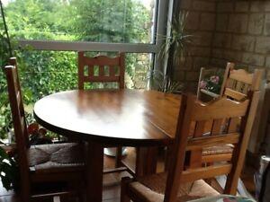 table, meuble avec bar, chaises et tabourets en massif