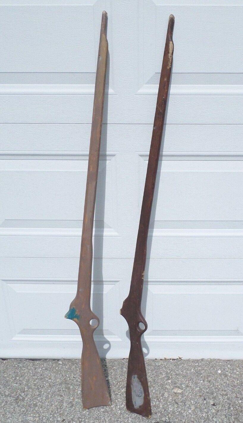 Pair of Old rústico hecho a mano muy jugado con Rifles Pistolas de 55  Largo De Juguete De Madera