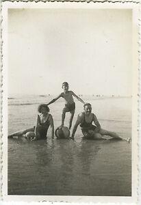 PHOTO-ANCIENNE-VINTAGE-SNAPSHOT-MER-PLAGE-FAMILLE-JEU-BALLON-DROLE-MODE-SEA