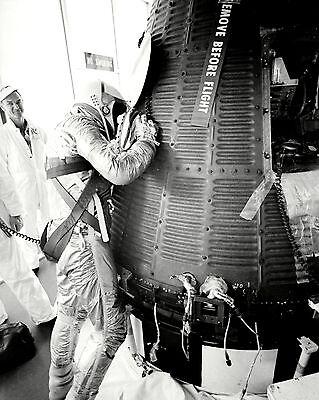 AA-275 ALAN SHEPARD MERCURY ASTRONAUT EXAMINES FREEDOM 7-8X10 NASA PHOTO