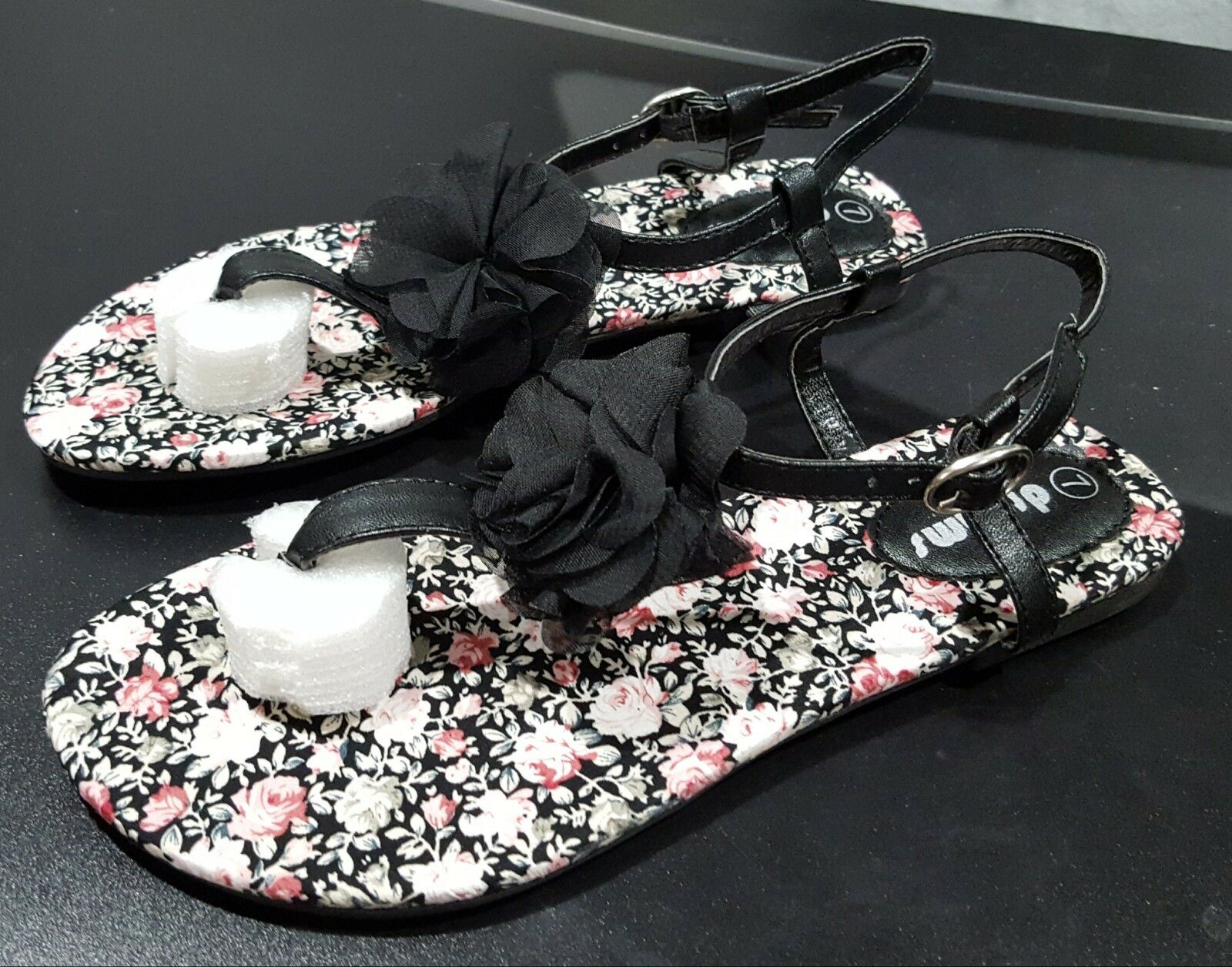 NEW DREAM BLACK PINK FLORAL THONG BUCKLE HEEL STRAP FARIS FLOWER ACCENT SANDAL 7