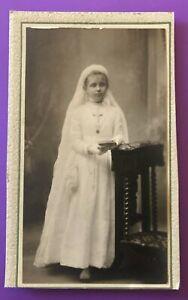 Photo CDV 1890 Petite communiante au prie-Dieu avec son missel Z279