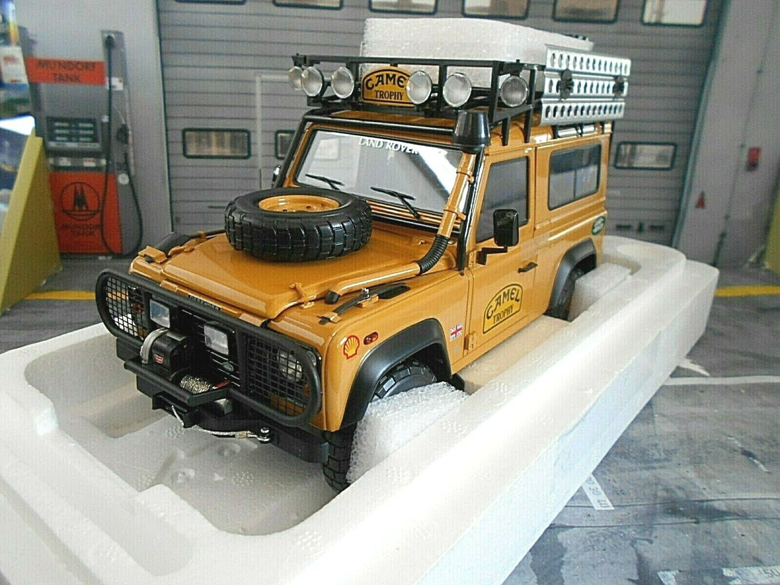 LAND ROVER Defender 90 4x4 Camel Trophy Edition Almost Real Diecast Highend 1 18