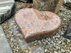 Grabkissen Grabstein Liegeplatte Kissenstein Urnengrab HERZ rot schwarz gemasert