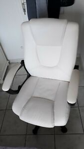 Chaise de bureau blanc à roulettes réglable, accoudoirs rembourrés, bonne assise