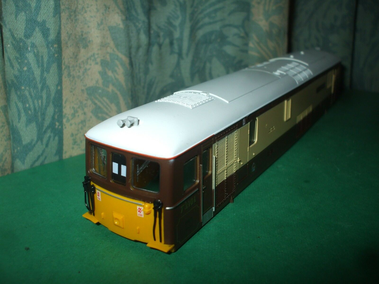 LIMA BR CLASS 73 UMBER AND CREAM LOCO BODY ONLY - THE ROYAL ALEX