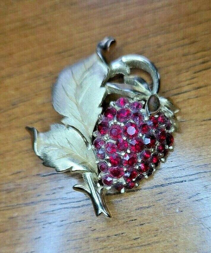 RARE 1960'S CROWN TRIFARI GOLD-TONE Juicy RUBY RED RHINESTONE STRAWBERRY Brooch