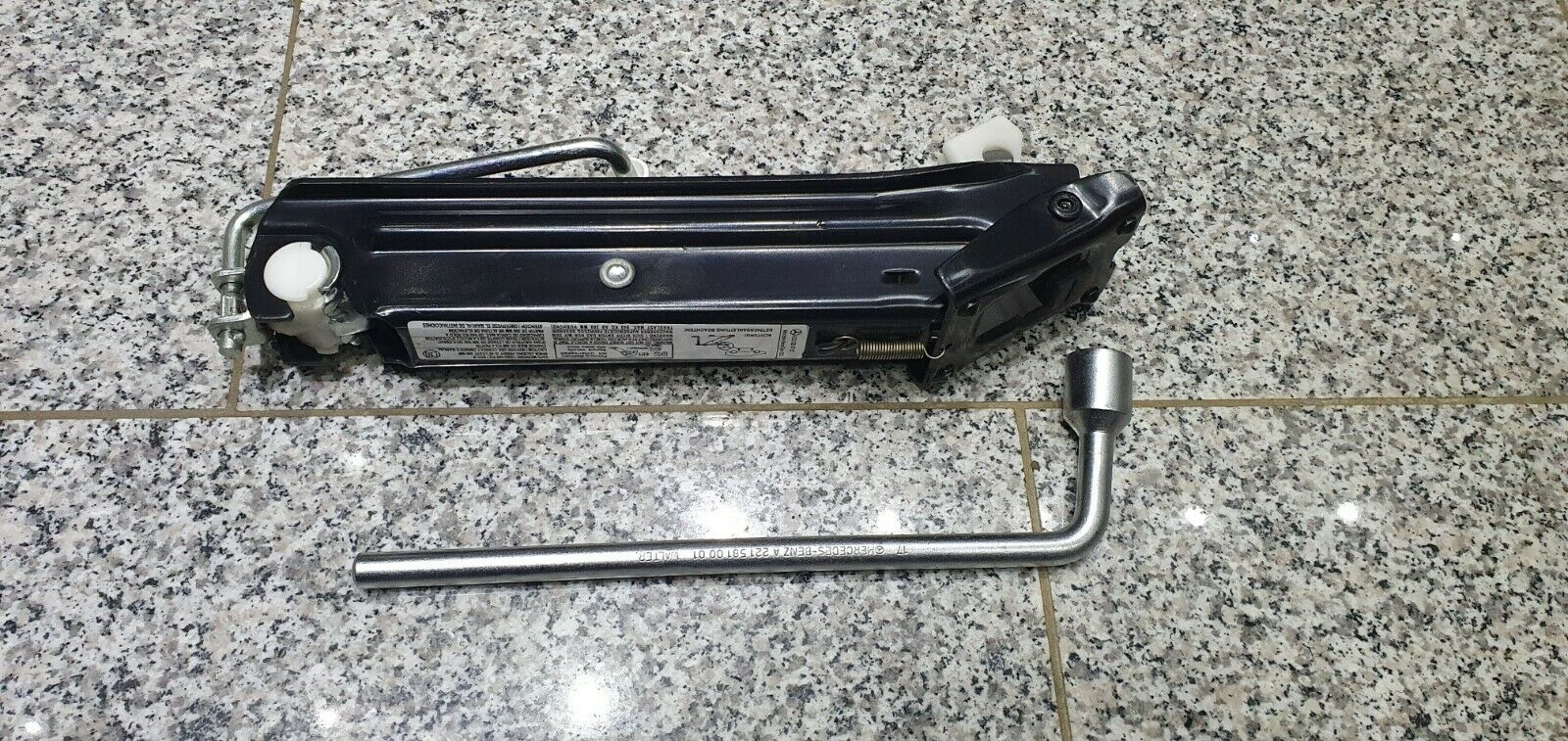 Mercedes-Benz W203, W209 Bord Werkzeug Wagenheber und Radschlüssel A2035830715.