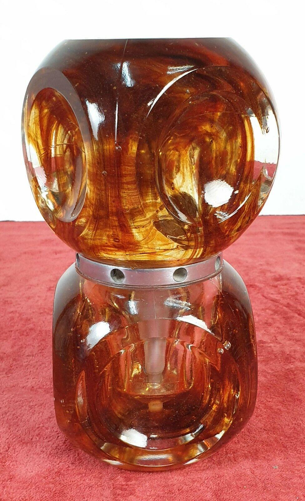 LAMPE DE TABLE. VERRE PRESSÉ. COULEUR AMBRE. ITALIE VERS 1960.