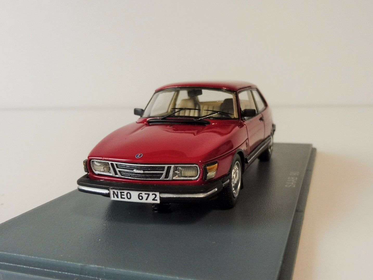 Saab 90 Coupé 1985 Cherry rouge 1 43 Neoscale Models Neo43672