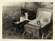 PHOTO ANCIENNE - VINTAGE SNAPSHOT - ENFANT BÉBÉ CURIEUX LANDAU DRÔLE -CHILD BABY