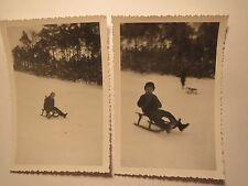 Kind - Junge auf einem Schlitten im Winter - Schnee / 2x Foto