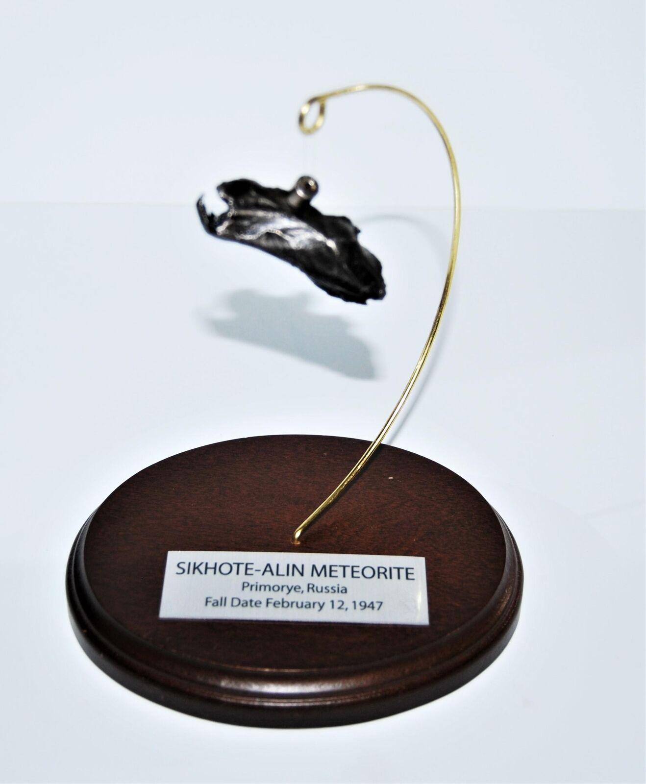 El El El meteorito sikhote - Alin 43.4 GM, con un mueble de madera, etiquetas y coa 35 23.680.14o. 914