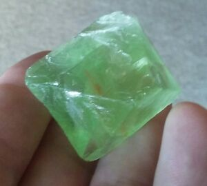 285.0 CT BEAUTIFUL GREEN COLOR FLOURITE COMPLETE CRYSTAL