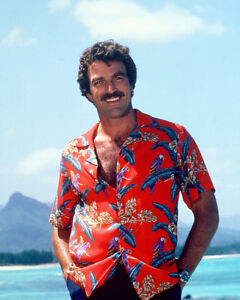 MAGNUM-P-I-8X10-COLOR-PHOTO-TOM-SELLECK-ON-BEACH