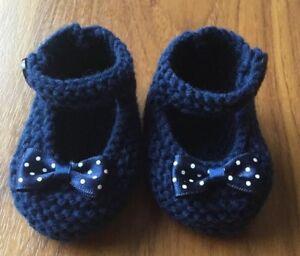 100% De Qualité Hand Knitted Baby Chaussons/chaussures 0-3 Mois Bleu Marine Avec Polka Dot Bows-afficher Le Titre D'origine Acheter Un En Obtenir Un Gratuitement