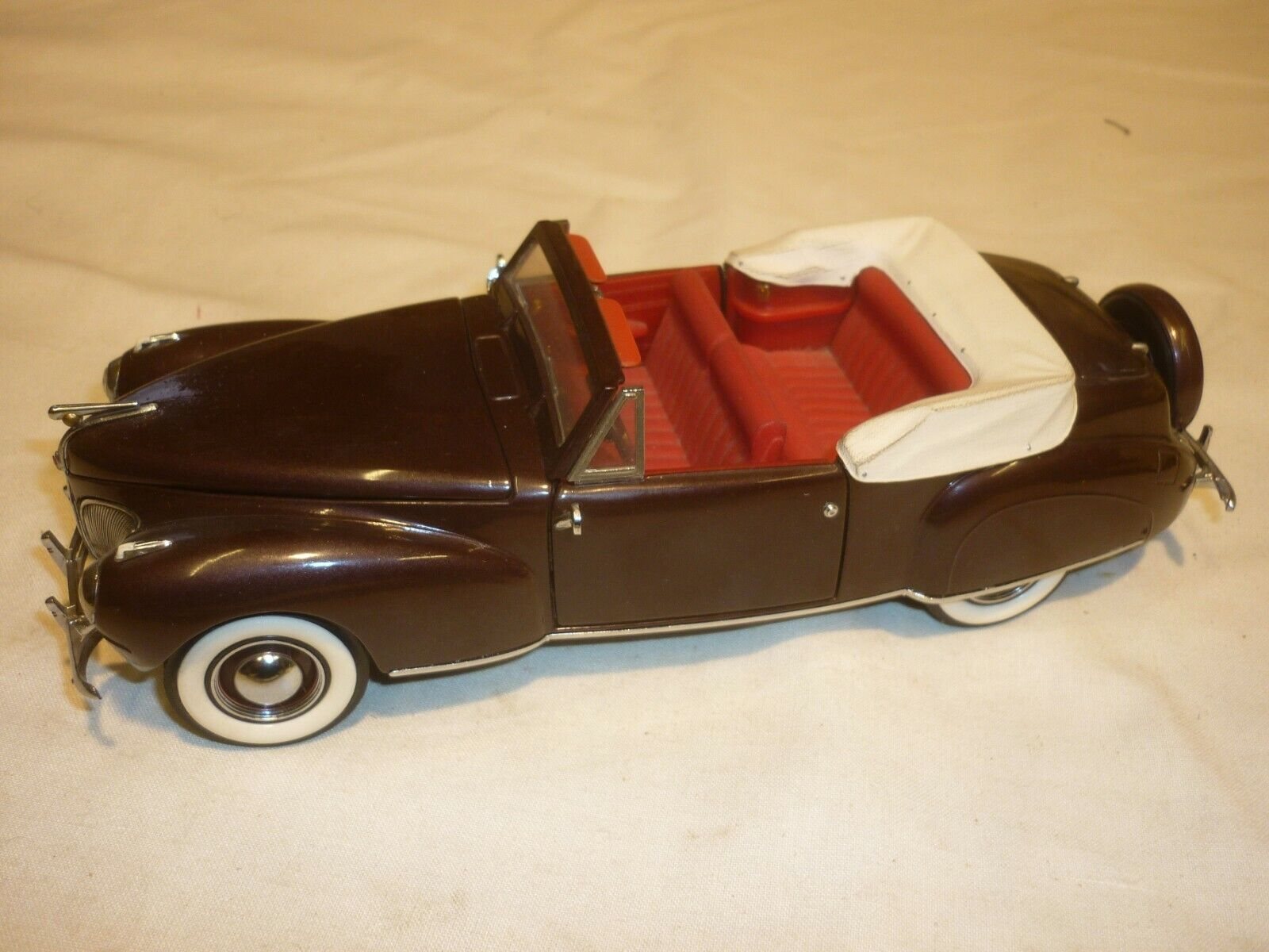 Un Franklin Comme neuf scale model of a 1941 Lincoln Continental, sans boîte,
