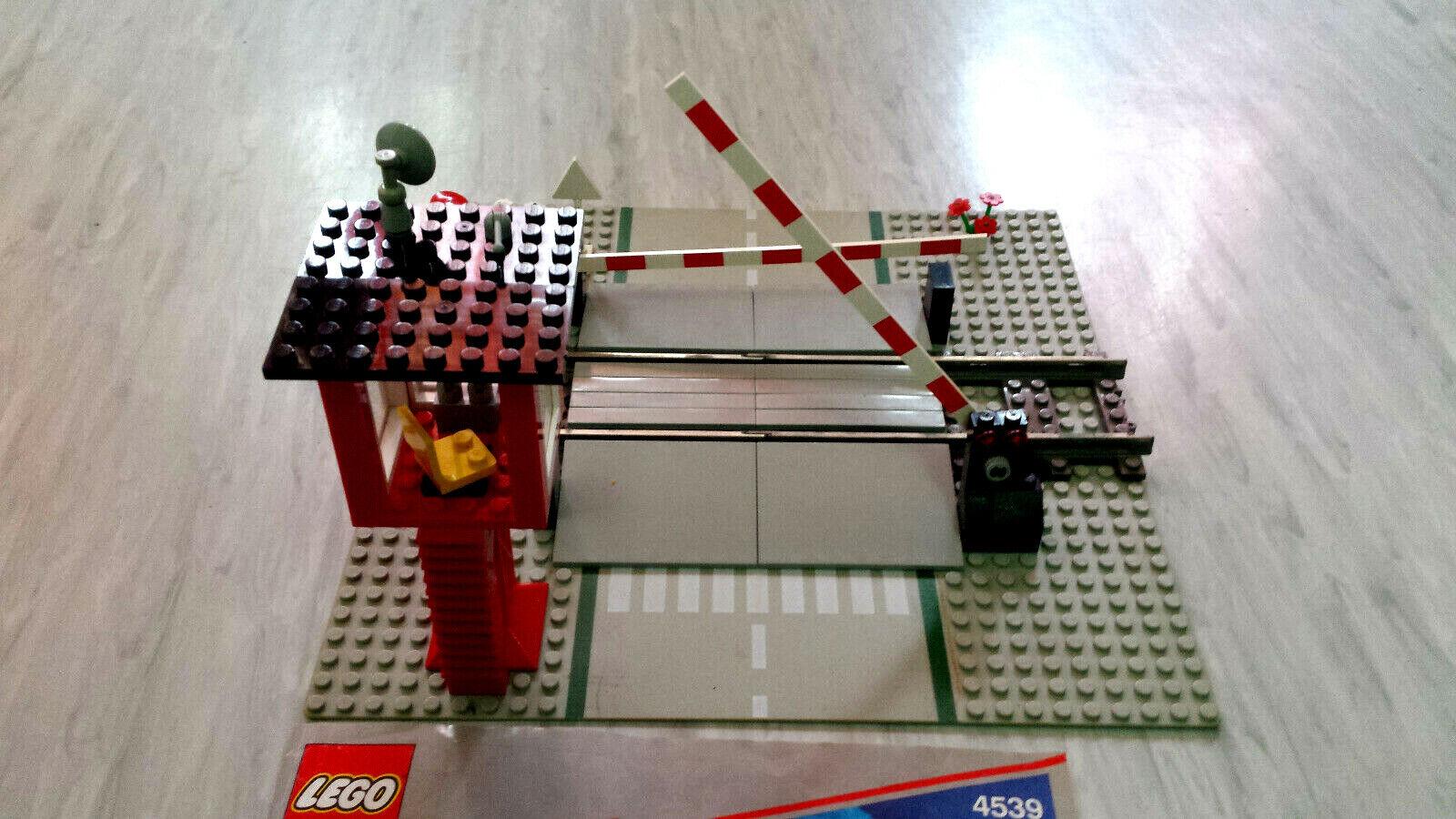 Lego 4539 - Bahnübergang 9V komplett komplett komplett mit Wärter- Haus Schranken Bauplan f7928a