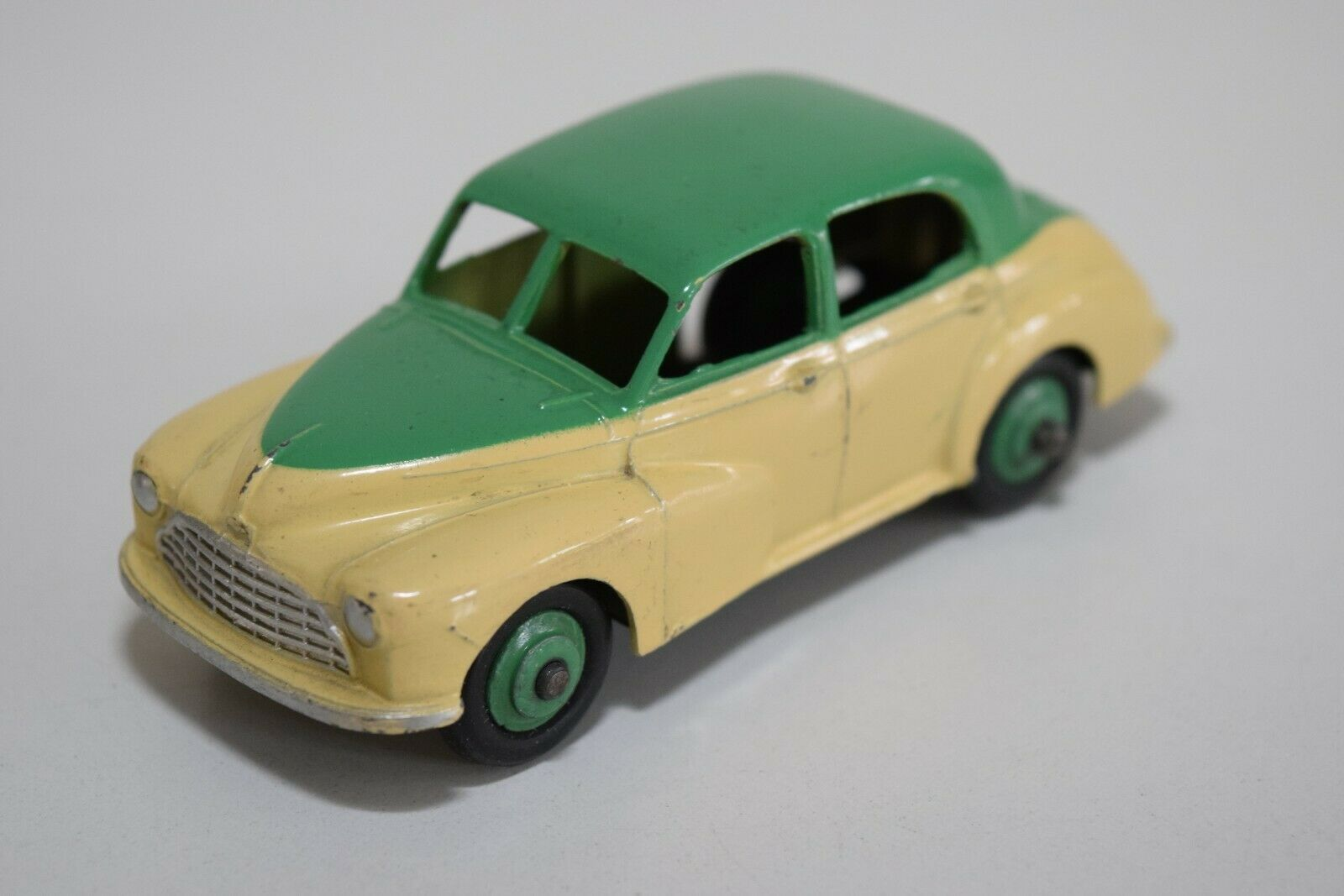 LL 1 43 DINKY TOYS 159 MORRIS OXFORD SALOON TWOTONE vert CREAM N MINT CONDITION