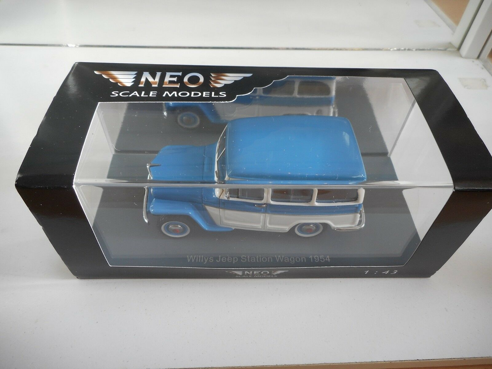 Neo Scale Models Willys Jeep Station Wagon 1954 in blu bianca on 1 43 in Box