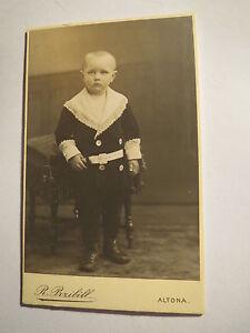 Altona-stehender-Junge-mit-kurzem-Haar-Kulisse-Portrait-CDV