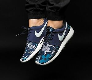 c0c26fd8404d NIKE ROSHE RUN ONE TRAINERS UK SIZE 8 BLUE   WHITE FLORAL NAVY RARE ...