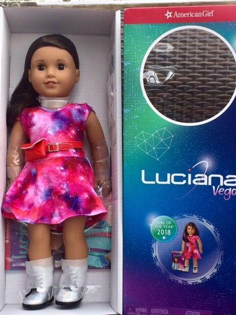 Muñeca American Girl Luciana VEGAS + LIBRO Nuevo en Caja 18  GOTY Collar púrpura Monedero de pelo