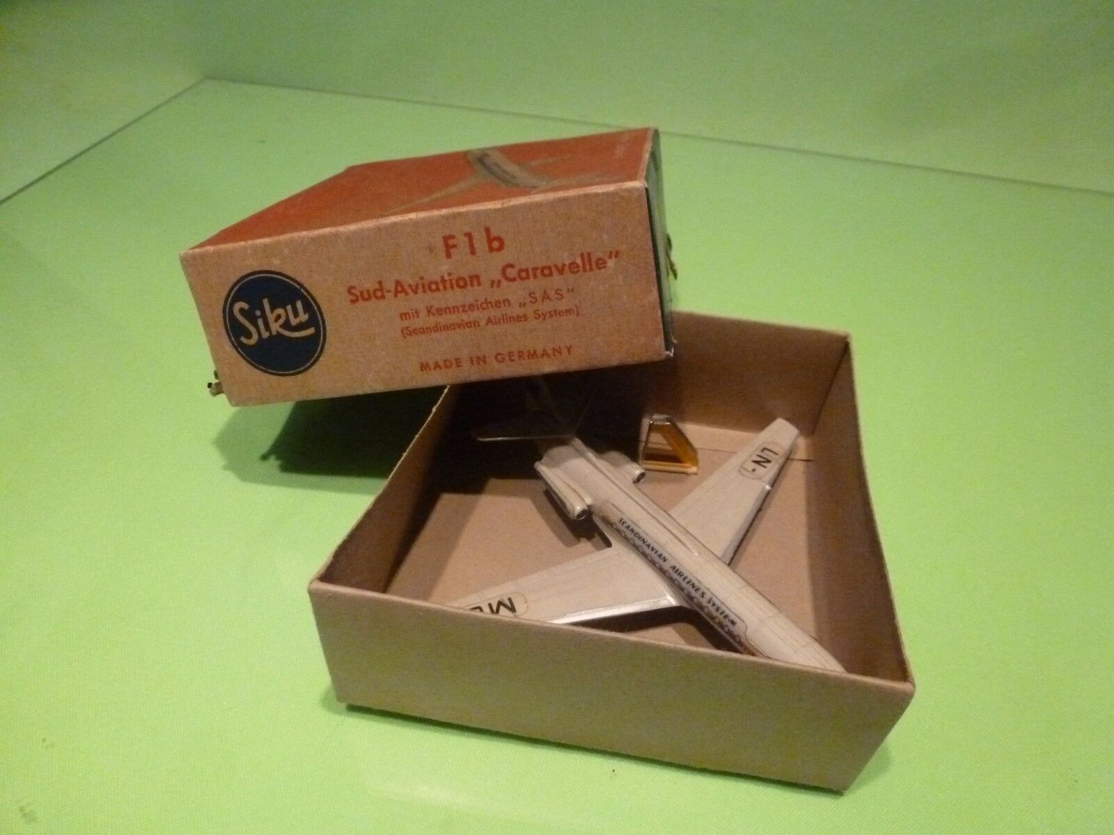 SIKU PLASTIC F1b FLUGZEUG - SUD AVIATION AVIATION AVIATION CARAVELLE SAS - 1 250 - GOOD IN BOX 127579
