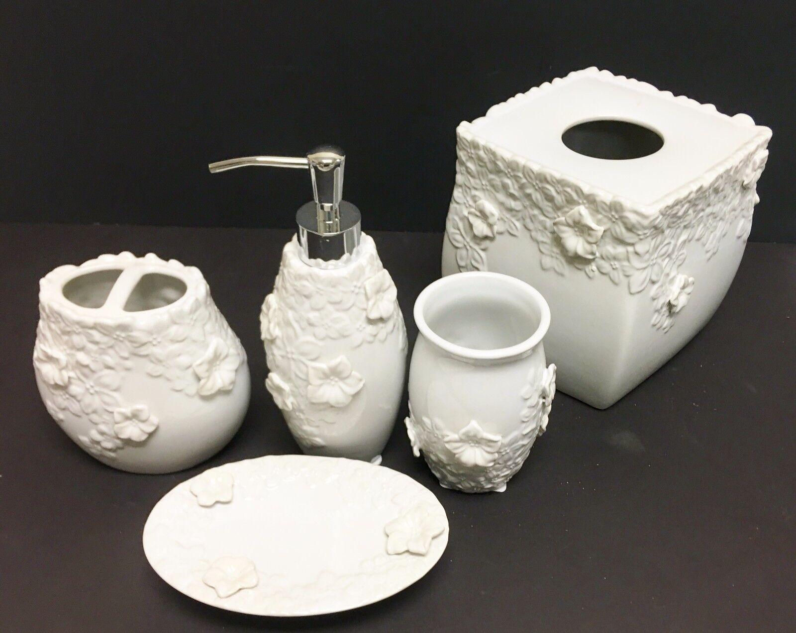 Neuf 5 Pièces Set Blanc Blanc Blanc 3D Floral Céramique Distributeur de Savon ,Serviette, | Fiable Réputation  9027c6