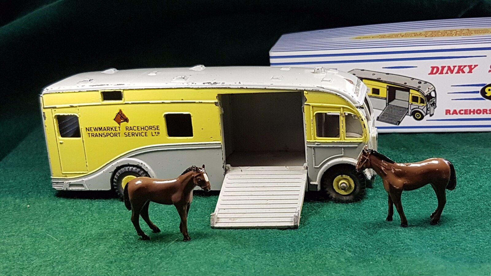 DINKY TOYS №979 NEWMARKET RACEHORSE TRANSPORT MAUDSLAY HORSEBOX RARE c w BOX