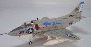 Hobby Master HA1402 McDonnell Douglas A-4B Skyhawk,VA-106 Gladiators, AK301 - France - État : Neuf: Objet neuf et intact, n'ayant jamais servi, non ouvert. Consulter l'annonce du vendeur pour avoir plus de détails. ... Sous-type: Avion Marque: Hobby Master Assemblage: Kit monté Couleur: US Navy Echelle: 1/72 Caractéristiques: M - France