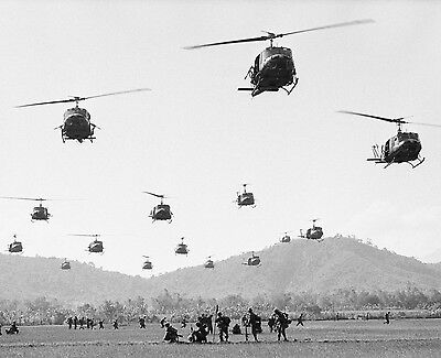 US SOLDIERS AND HUEY HELICOPTERS VIETNAM WAR 8X10 PHOTO PICTURE
