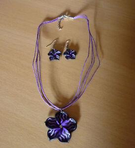 Set-Paarse-ketting-met-paars-zwarte-bloem-hanger-en-oorbellen-NIEUW