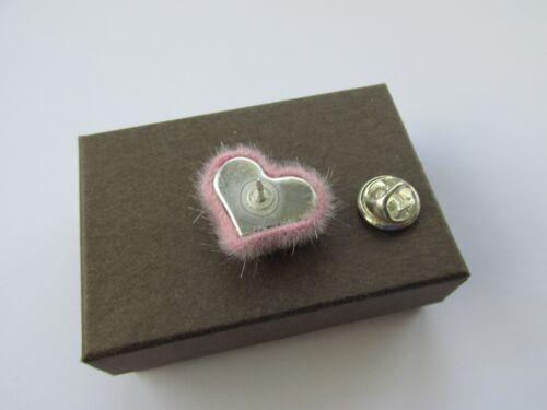 Bastante pequeña Fluffy Rosa Suave Corazón Broche Pin Hecho a Mano en Caja Regalo Mum Nan esposa
