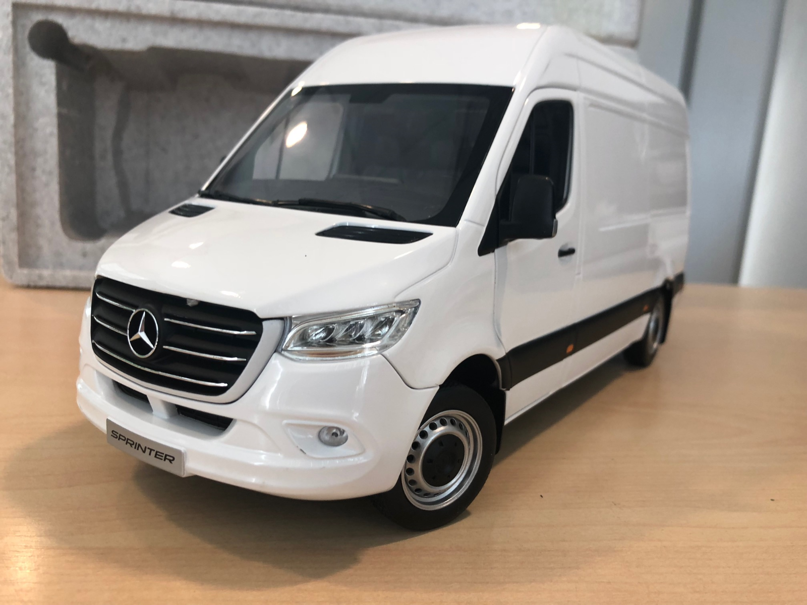 Mercedes-Benz 2018  Sprinter WDB907 1 18 Scale Model Weiß (BNIB)