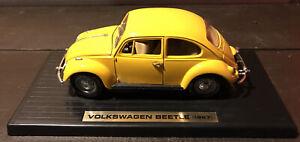 Road Legends 1/18 #92078 - 1967 VOLKSWAGEN BEETLE - Yellow - With Display Stand