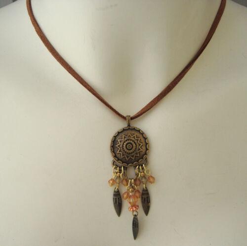 Metallanhänger mit Perlen neu Hübsche Kette mit braunem Band