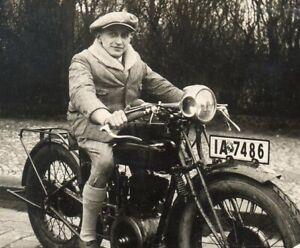 Foto-Mann-auf-Oldtimer-Motorrad-034-FN-034-aus-Belgien