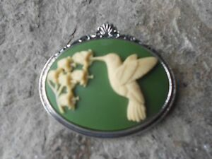 SALE-CREAM-HUMMINGBIRD-ON-GREEN-CAMEO-ANTIQUED-SILVER-TONE-BROOCH-PIN