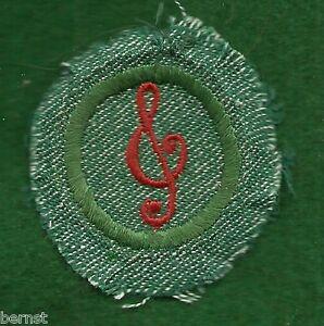 VINTAGE-GIRL-SCOUT-BADGE-BRIGHT-MEDIUM-GREEN-MUSICIAN