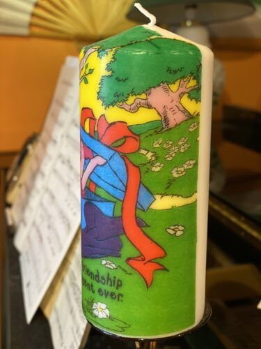 """WINNIE THE POOH And PIGLET /""""FRIENDSHIP/"""" HAND DECORATED PILLAR CANDLE 15x6cm"""
