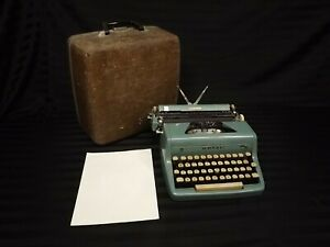 VTG Royal Quiet De Luxe BLUE Portable Typewriter In Case Parts Repair display
