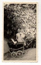 PHOTO ANCIENNE Snapshot Enfant Poupée Poupon Jouet Jeu Landau Vers 1950