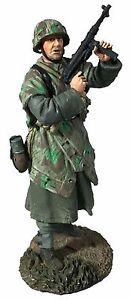 BRITAINS WORLD WAR 2 GERMAN 25057 VOLKSGRENADIER STANDING LOOKING AROUND MIB