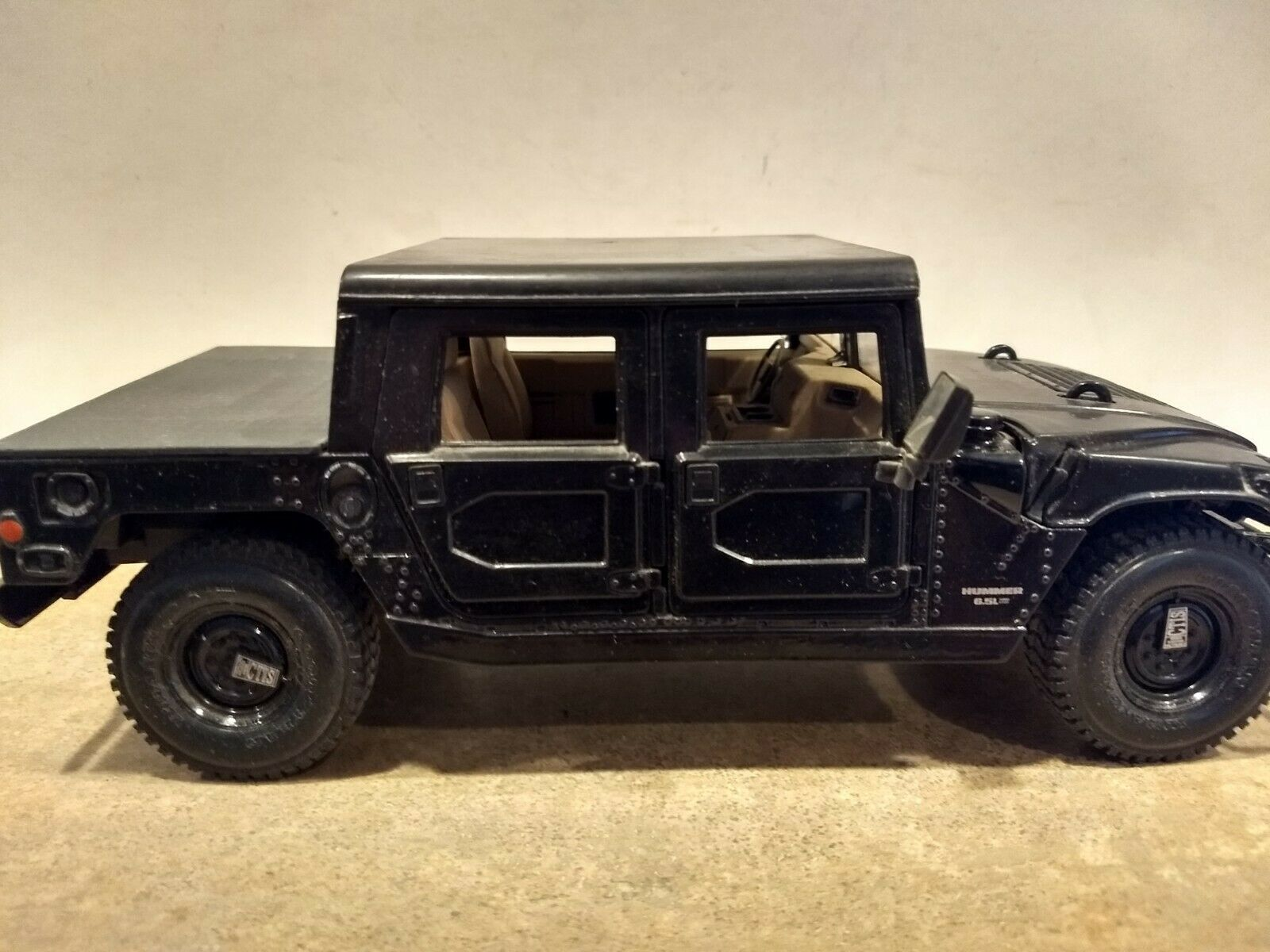 HUMMER 0.5 L. Scale 1 18. MAISTO. Metal and Plastic. Displayed. No Box,