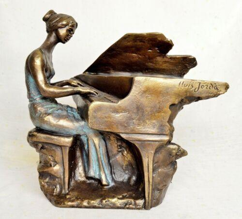 Musikalischer-Thema Skulptur Pianistin in Konzert