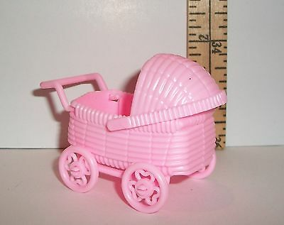 FASHION DOLL MINIATURE DOLLHOUSE PINK PLASTIC BABY CARRIAGE PRAM ACCESSORY