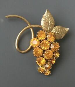 Vintage-grape-cluster-brooch-in-gold-tone-metal-with-crystals