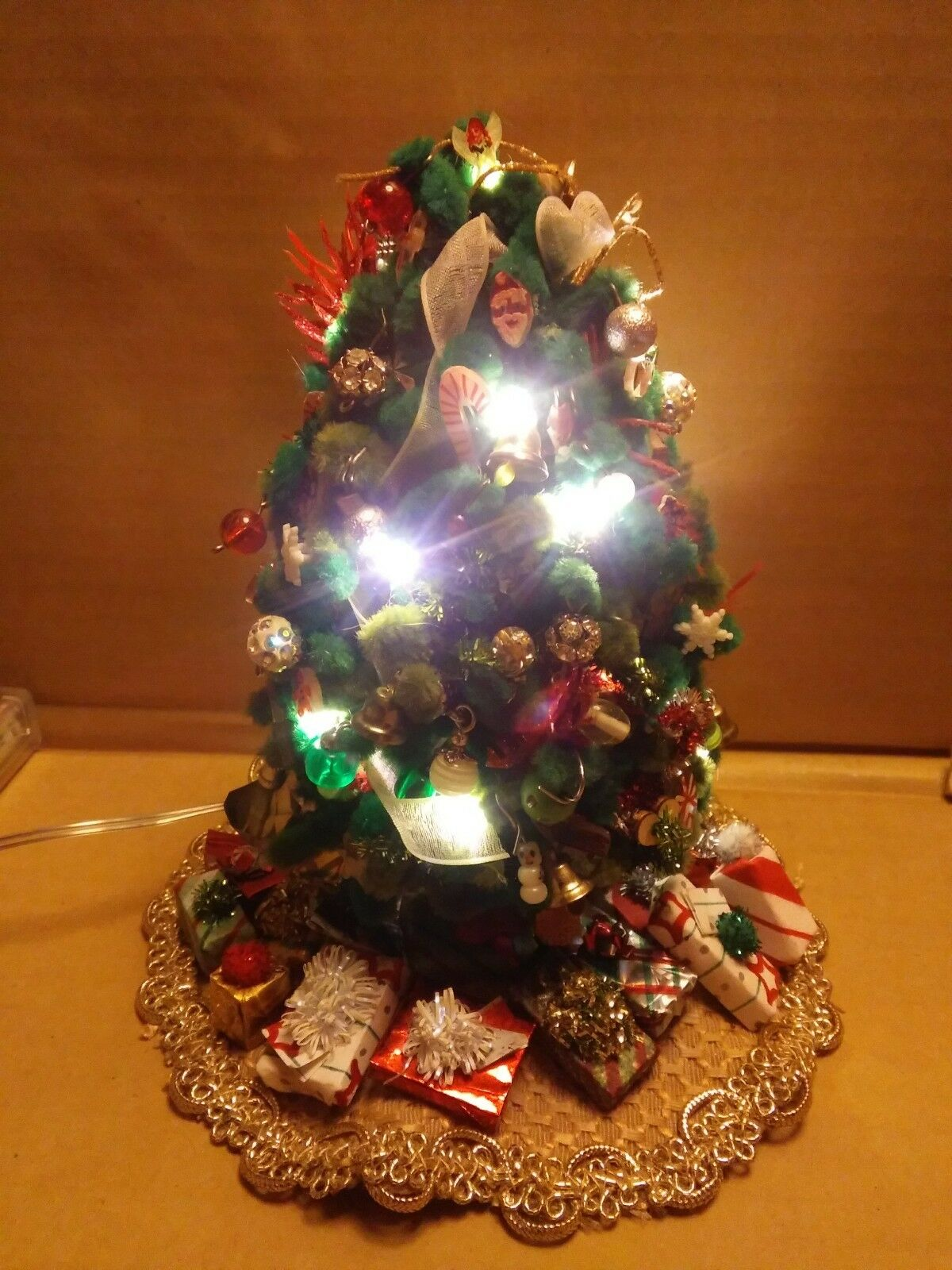 Dollhaus miniature lighted decorated christmas tree, skirt & Geschenks scale 1 12