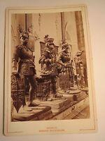 Innsbruck - Hofkirche - Statuengruppe - Ritter mit Wappen & Rüstung / KAB